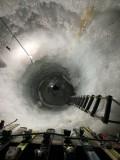 Bis zu 30m tief: Schacht für Forschungszwecke im Natur Eis Palast